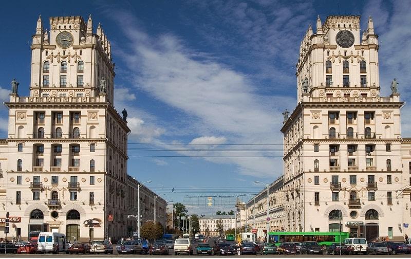 Ворота Минска напротив жд вокзала